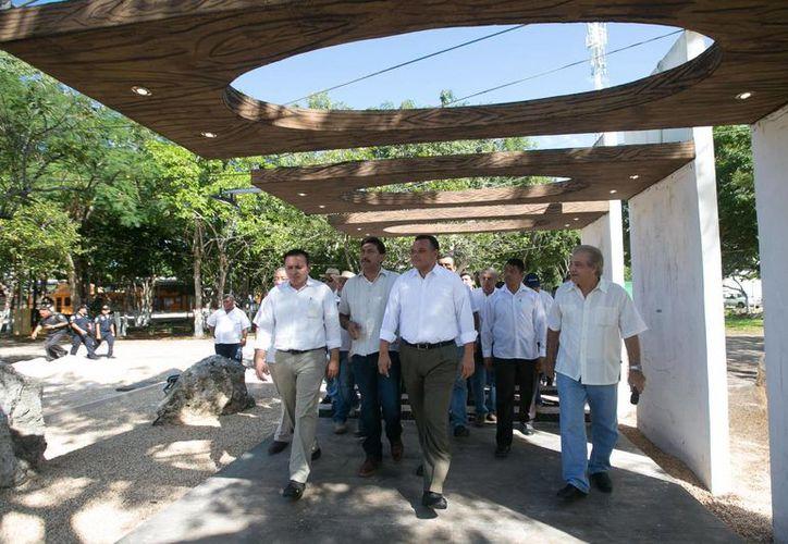 Se espera una afluencia superior a los 2.2 millones de visitantes a la Feria Yucatán Xmatkuil. En la foto, el gobernador Rolando Zapata verifica los avances de la construcción del Centro de Espectáculos Montejo. (SIPSE)