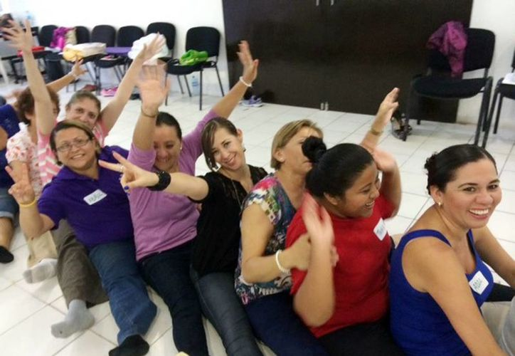 Personal administrativo del Issste participa en un curso que basa su filosofía en el yoga de la risa. (Milenio Novedades)
