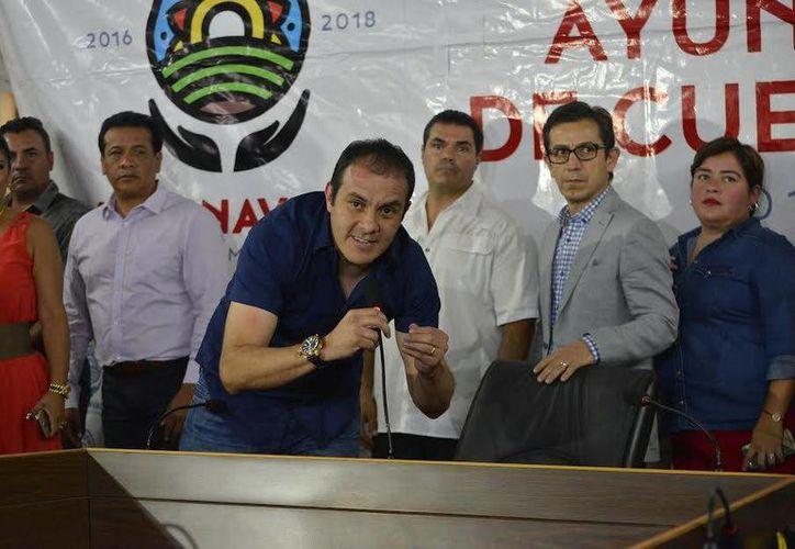 El alcalde de Cuernavaca, Cuauhtémoc Blanco Bravo (de negro), dijo que lo han amenazado de muerte, tras la acusación que pesa sobre él de uno de sus colaboradores, quien dijo que al exfutbolista le pagaron 7 mdp por hacer campaña para el PSD. (cuernavaca.gob.mx)