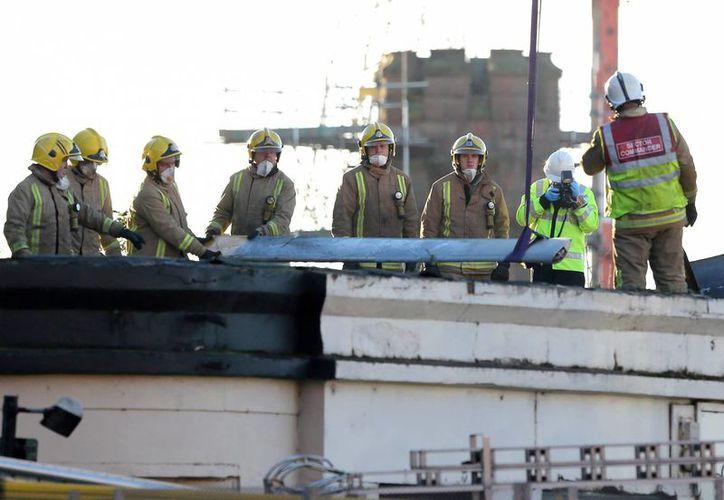 La Policía escocesa confirmó que ha sido hallado otro cadáver entre los escombros del pub de Glasgow sobre el que el viernes cayó un helicóptero policial, lo que eleva a nueve el número de muertos. (EFE)
