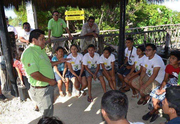 Alumnos de nivel medio superior fueron instruidos sobre la protección y reforestación de los manglares de la isla de Cozumel. (Irving Canul/SIPSE)