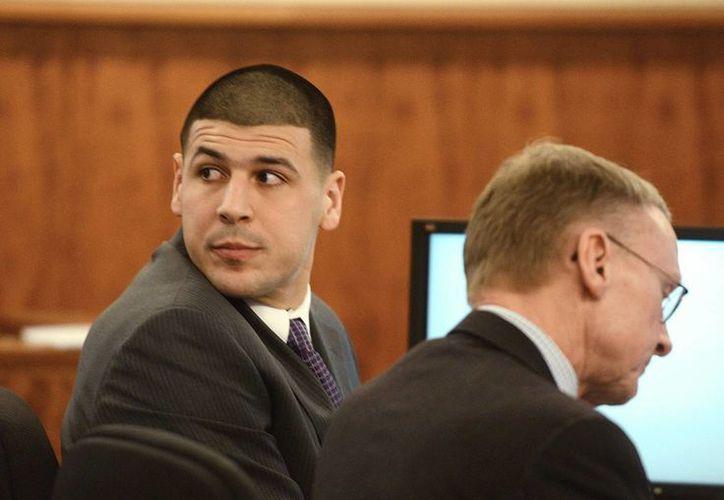 Aaron Hernández, exjugador de la NFL, con su abogado Charles Rankin, en el juicio que se le sigue por asesinar al jugador semiprofesional Odin LLoyd. (Foto: AP)