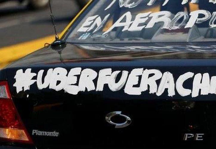 Los taxistas de Chile realizaron paros ante su inconformidad por la entrada de Uber al país. (twitter.com/RadioCarolina)