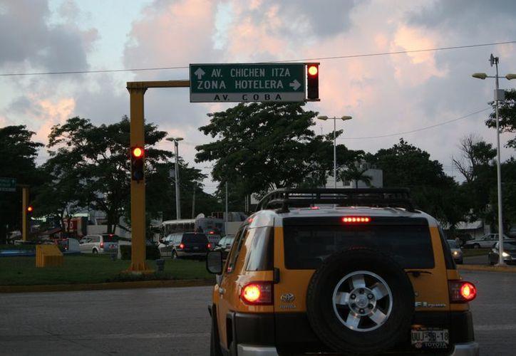 Los semáforos inteligentes tendrán un lector de placas. (Jesús Tijerina/SIPSE)