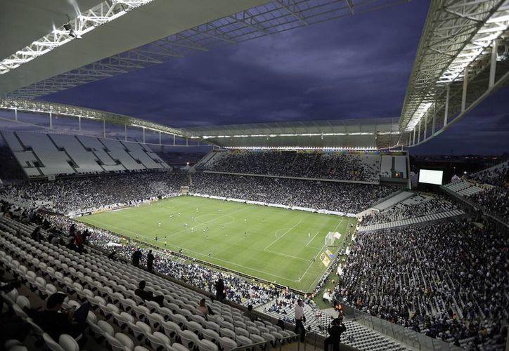 Esta fotografía del domingo 1 de junio de 2014 muestra el partido entre Corinthians y Botafogo en el estadio Itaquerao. Fue el último ensayo en ese inmueble antes de que albergue el cotejo con el que se inaugurará el Mundial de Brasil, el 12 de junio (APAndre Penner)
