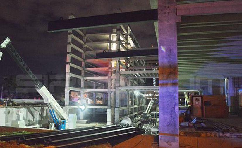 Despúes del derrumbe, el chofer de la grúa se presentó a declarar ante las autoridades. (Foto: Milenio Novedades)
