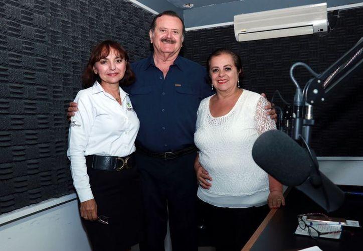 La invitada, Gabriela Navarrete Machaín, con los conductores Jorge Barrera y Esperanza Nieto. (Jorge Acosta/Milenio Novedades)
