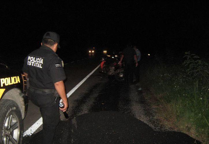 Con la motocicleta sobre su pierna, Luis Manzón se deslizó varios metros en el pavimento y monte de la carretera Mérida-Tixkokob. (Foto de contexto)