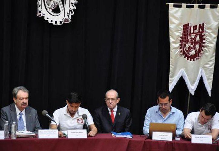 Imagen de la mesa de diálogo de Enrique Fernández Fassnacht, Director General del IPN, con estudiantes inconformes. (@IPN_MX)
