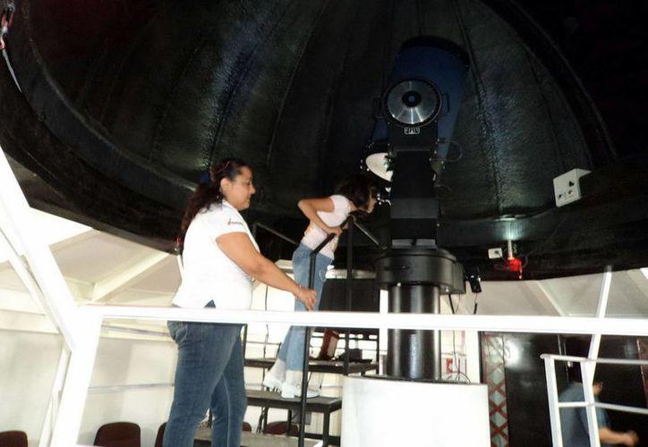 El observatorio del planetario Yook´ ol Kaab, cuenta con un telescopio que permite observar el Cosmos y el Universo. (Enrique Mena/SIPSE)