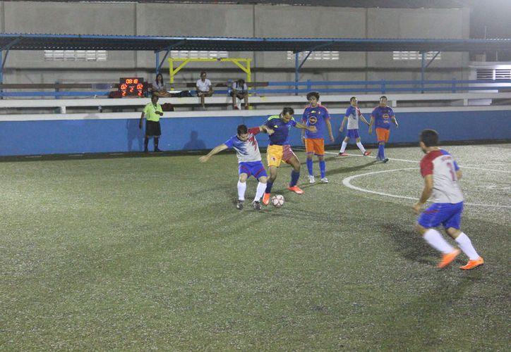 Básico y Abastos protagonizaron el primer juego de la jornada, con sus mejores piezas sobra la cancha de la Romero Molina. (Miguel Maldonado/SIPSE)