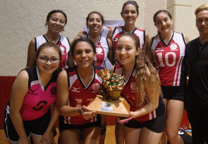 Las chicas coahuilenses posaron orgullosas con su trofeo de campeón, en compañía de su coach, Dave Castorena. (Ángel Villegas/SIPSE)