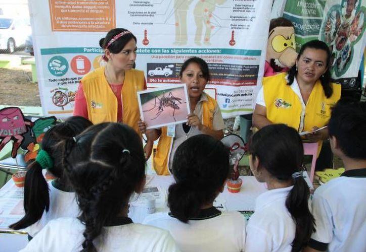 El dengue hemorrágico cobró ya su primera vida en Yucatán, en donde los casos de dengue han incrementado un 60 % tan solo en este año. En la foto, charla preventiva sobre el dengue y el chikungunya a estudiantes. (SIPSE)