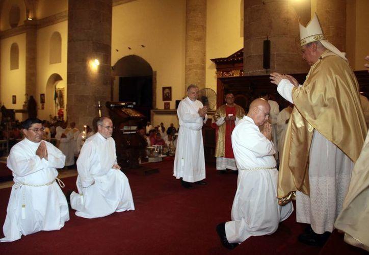 Imagen de la ceremonia del sacramento de ordenación diaconal permanente que se realizó en Mérida. (Jorge Acosta/SIPSE)