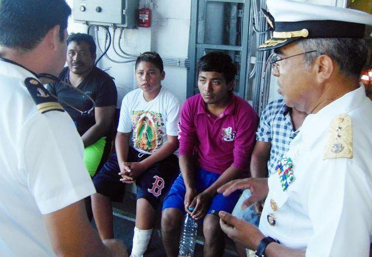 Imagen de los pescadores ya fuera de peligro en una patrulla de la Semar. (Milenio Novedades)