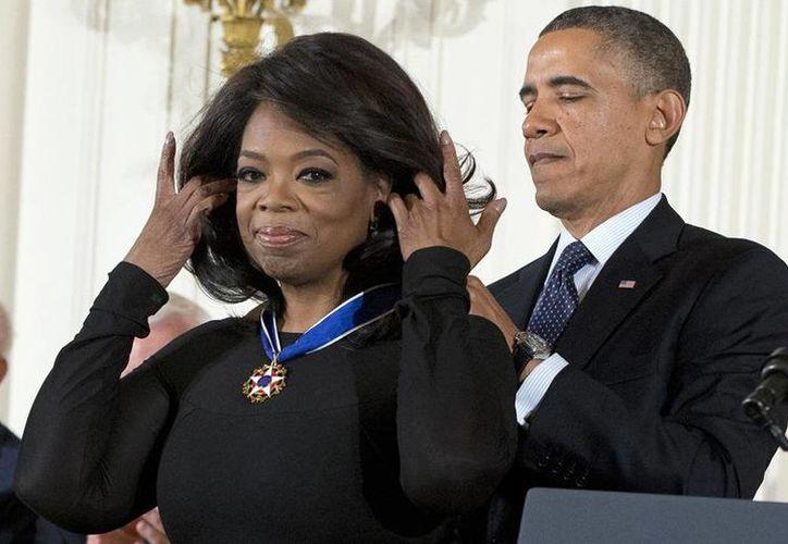 La conductora de televisión Oprah Winfrey dejará atrás la seriedad para participar en una comedia en la candena HBO. En la foto, recibe la Medalla de la Amistad de manos del presidente de EU, Barack Obama. (eonline.com)