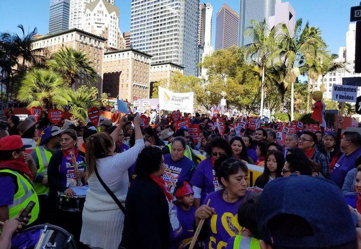 Miles de personas caminaron por calles de Los Ángeles para llamar a la unidad, a ser valientes y a enfrentar cualquier amenaza, odio o racismo en Estados Unidos. (Notimex)