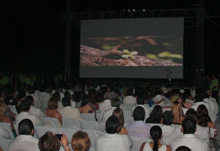"""Se proyectó a la orilla de la playa la película """"Intrusos""""  (Intruders). (Julián Miranda/SIPSE)"""