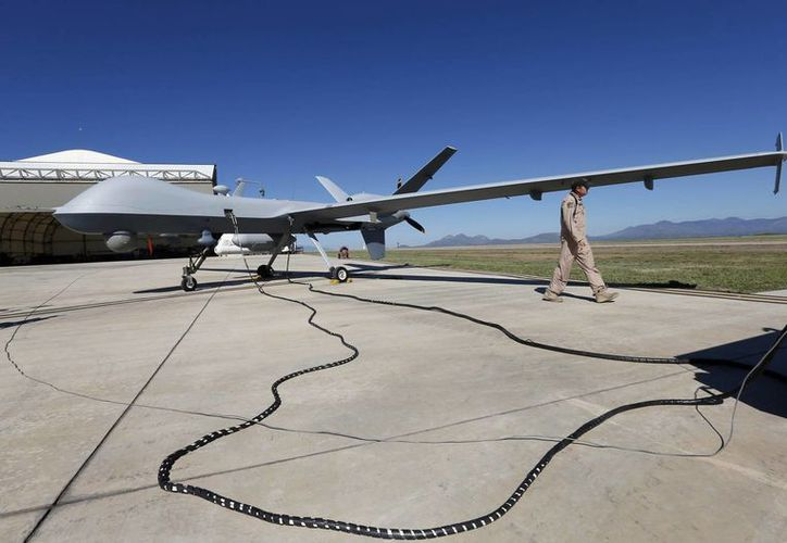 Un avión de control remoto de la Patrulla Fronteriza y de Aduanas es preparado antes de volar. (Agencias)