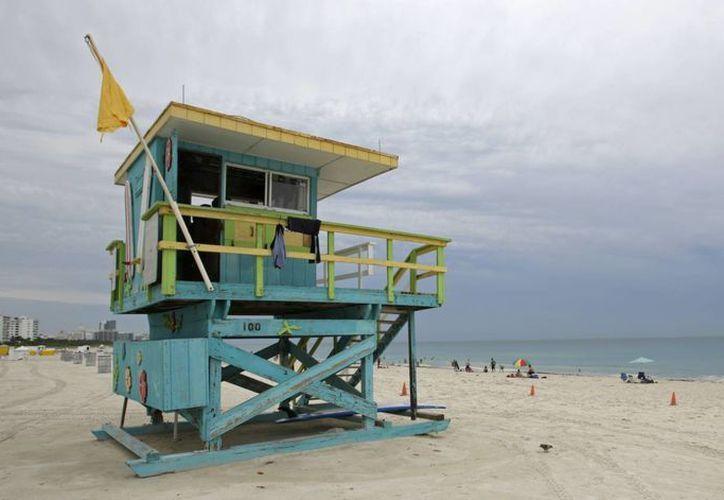 Una bandera de peligrosidad media advierte a los bañistas a tener cuidado con las corrientes moderadas en Miami. (Agencias)