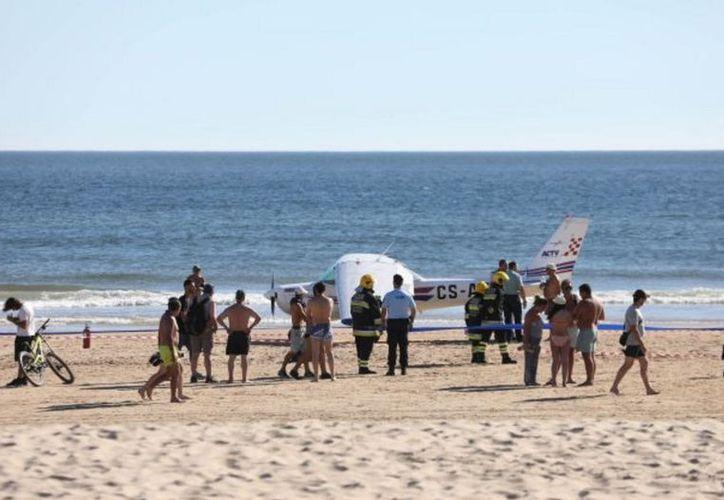 Una avioneta tuvo que hacer un aterrizaje de emergencia en una playa de Portugal. (Twitter/abritio222)