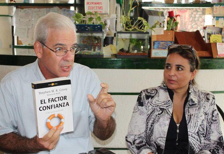 Jon Felperine y Eugenia Guzmán dieron a conocer el evento durante una rueda de prensa. (Yenny Gaona/SIPSE)