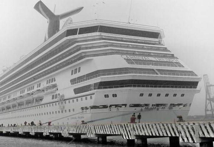 El clima que recibió a turistas de Carnival Triumph en Progreso no era el mejor, por la mañana lluviosa. (Óscar Pérez/SIPSE)