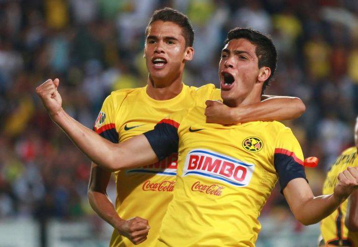 Raúl Jimenez festeja el penalti que marcó, mientras Diego Reyes lo abraza, ayer en Pachuca. (Agencias)