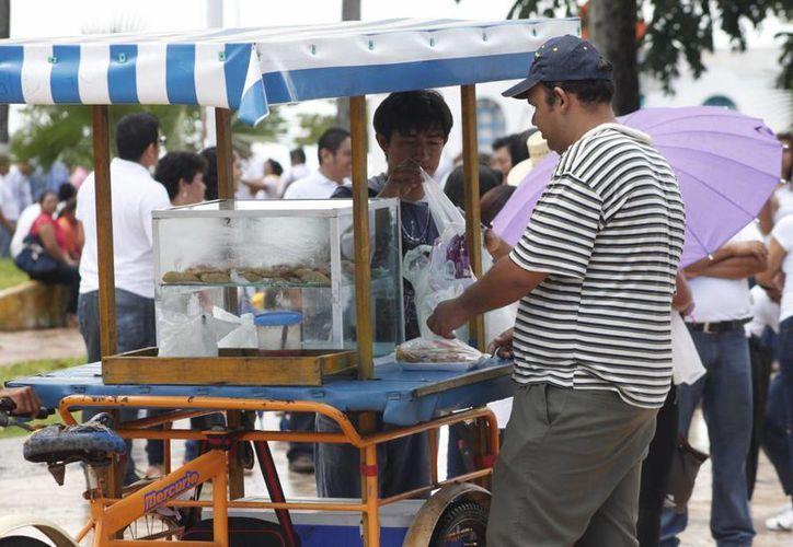 Vendedores ambulantes 'formales' realizan un pago de entre 200 y 330 pesos al mes. (Archivo/SIPSE)