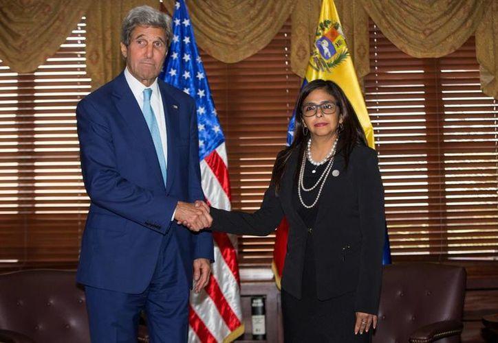 John Kerry y Delcy Rodríguez, cancilleres de EU y Venezuela respectivamente, acordaron abordar en conjunto la severa crisis económica, política y social que vive el país que gobierna Nicolás Maduro. (AP)