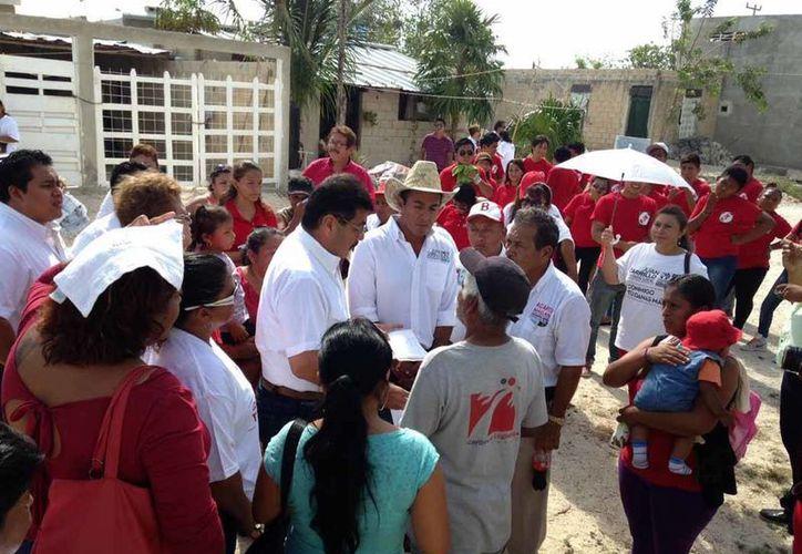 El candidato saludó a vecinos de las colonias El Nazareno y El Morro. (Lanrry Parra/SIPSE)