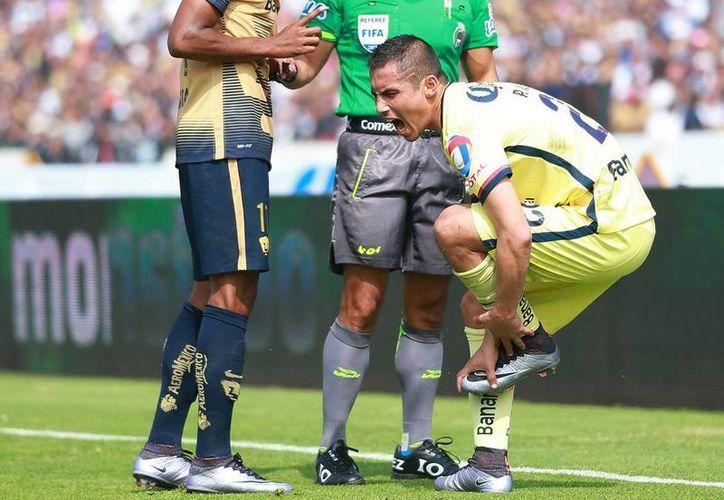 El defensa Paul Aguilar, de las Águilas del América, se lesionó en la práctica del miércoles y no estará listo para el arranque del Clausura 2016. La imagen, utilizada solo como contexto, es de la semifinal contra Pumas, el torneo pasado. (Archivo/Jammedia)