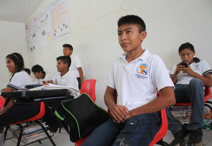 Luis estudia en la secundaria ubicada en la comunidad de Agua Azul. (Sergio Orozco/SIPSE)
