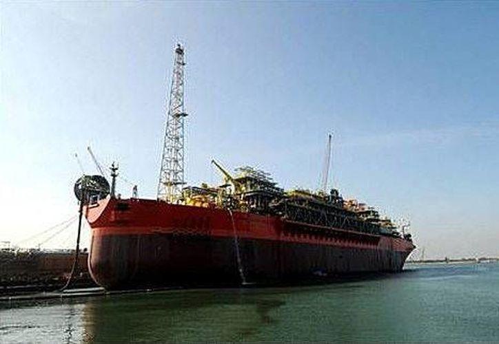 Fotografía cedida por BW Offshore que muestra al navío-plataforma FPSO Cidade de Sao Mateus de la petrolera estatal brasileña Petrobras. (EFE)