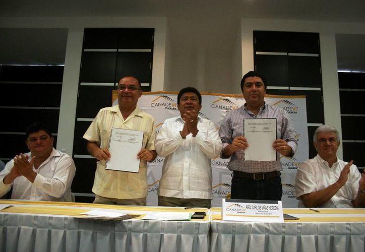 Autoridades de la Canadevi y la Fapoyuc muestran acuerdo firmado. (Cristian Ayala/SIPSE)