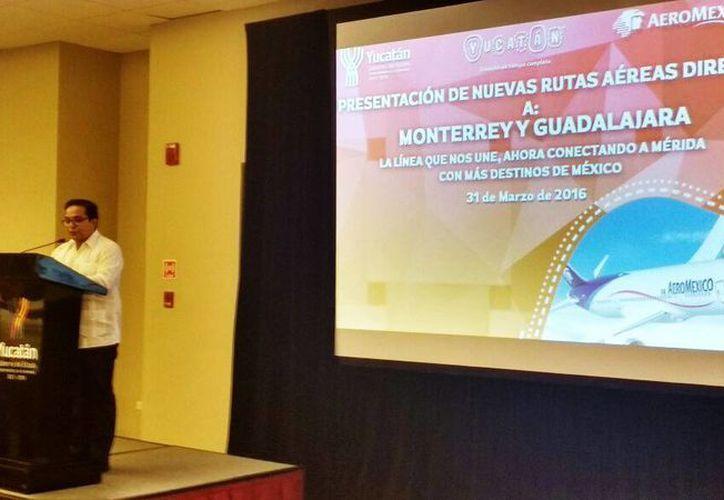 Los vuelos a las ciudades de Monterrey y Guadalajara se vendrán a sumar a los ya existentes de las empresas Aeromar y Aerolitoral, quienes también prestan el servicio a esos destinos. Imagen de la presentación por parte de el secretario de Turismo, Saul Ancona. (Candelario Robles/Milenio Novedades)
