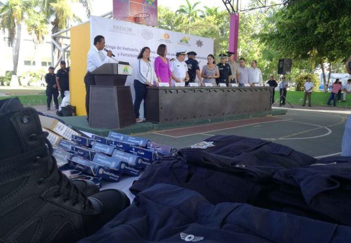 Autoridades de la Dirección General de Seguridad Pública y Tránsito encabezaron la entrega de equipamiento en el domo del parque de la Alameda. (Joel Zamora/SIPSE)