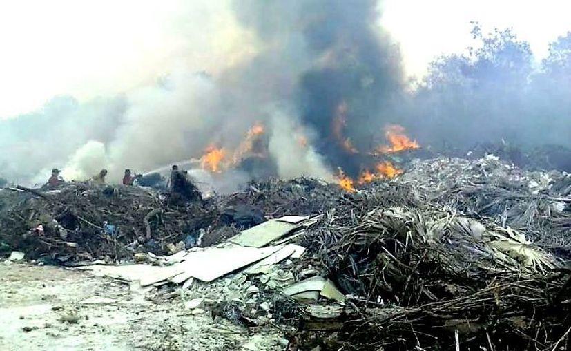 La quema de basura es una práctica que aún perdura en Bacalar. (Javier Ortiz/SIPSE)