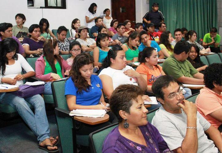 Los asistentes a la presentación pudieron aprender más sobre la investigación del doctor de la música mexicana. (Jorge Carrillo/SIPSE)