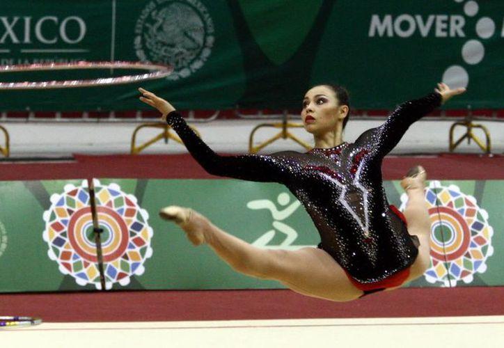 La gimnasta mexicana Cynthia Valdez se apoderó de los títulos en mazas y cinta en los Juegos Centroamericanos. (Notimex)