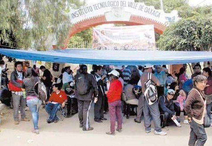 Integrantes de la sección 22 durante la toma de una de las sedes del examen. (Milenio)