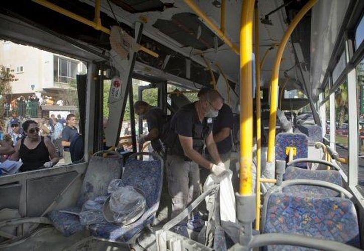 El autobús quedó calcinado en gran parte. (Agencias)