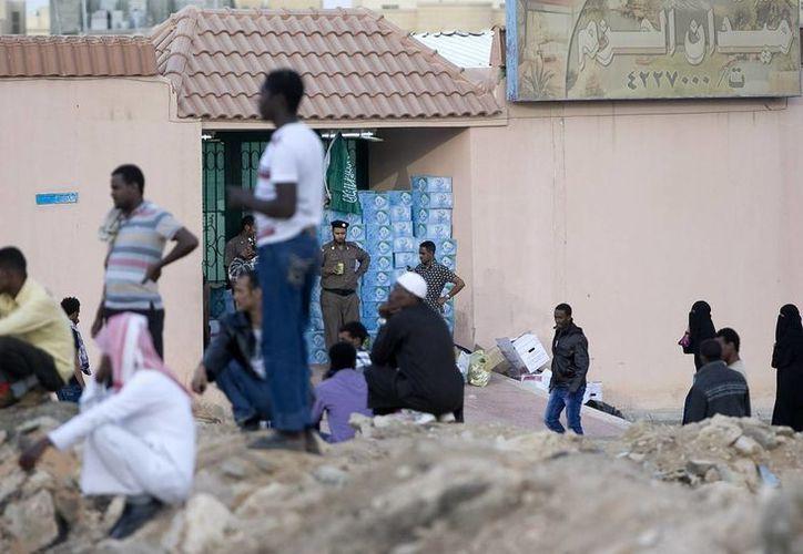 Autoridades saudíes deportan a muchos de los 9 millones de trabajadores migrantes que se encuentran en ese país. (Agencias/Archivo)