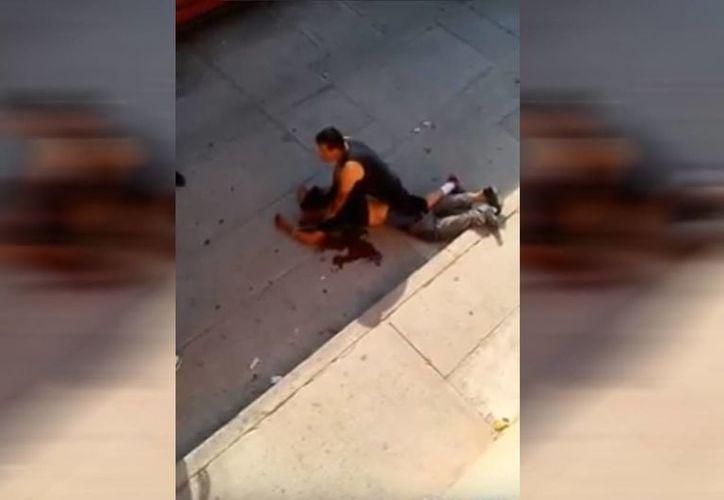Vecinos de Aguascalientes golpearon al atacante sexual y lo pusieron a disposición de la autoridad. (Captura de pantalla)