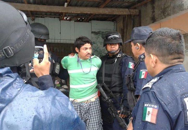 El sospechoso fue detenido por los policías luego del operativo, lo traían descalzo. (Adrián Barreto/SIPSE)