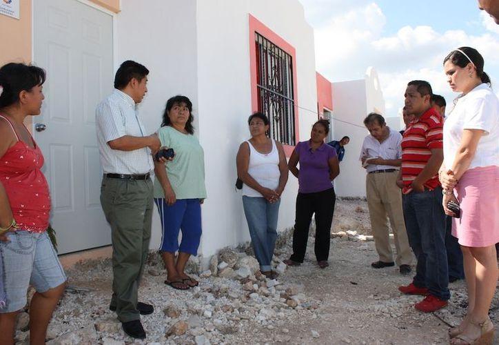 El director general del IVEY, César Armando Escobedo May, se reunió con los beneficiarios del servicio de luz, del fraccionamiento El Roble-Alborada. (Cortesía)