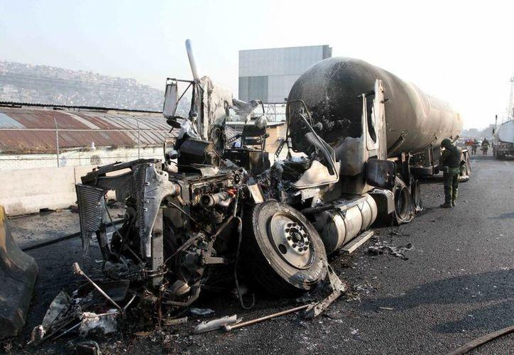 El pasado 7 de mayo una pipa de gas explotó en la autopista México-Pachuca, con un saldo de 25 personas muertas y decenas de heridos, así como viviendas y vehículos quemados. (Notimex)