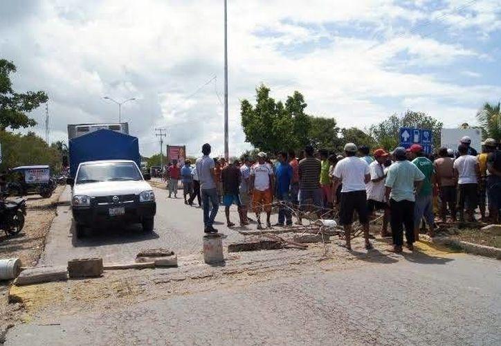 Pescadores celestunenses bloquearon la entrada del puerto  para exigir a las autoridades la expulsión de pescadores foráneos. (Milenio Novedades)