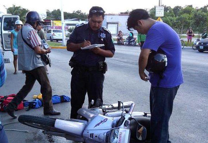 El ciclista, el conductor de la moto y su pasajero, menor de edad, fueron trasladados al hospital. (Redacción/SIPSE)