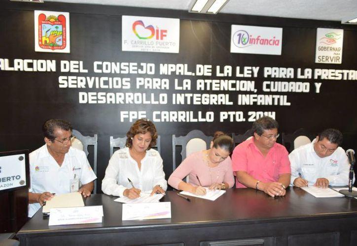 Las autoridades firmaron los documentos que amparan al Consejo para la aplicación de la ley vigente sobre la protección infantil. (Manuel Salazar/SIPSE)